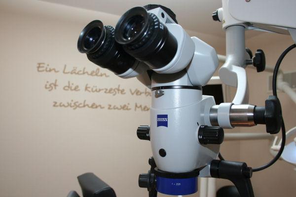 Wurzelbehandlung unter einem Dental-Mikroskop beim Zahnarzt in Bonn-Poppelsdorf